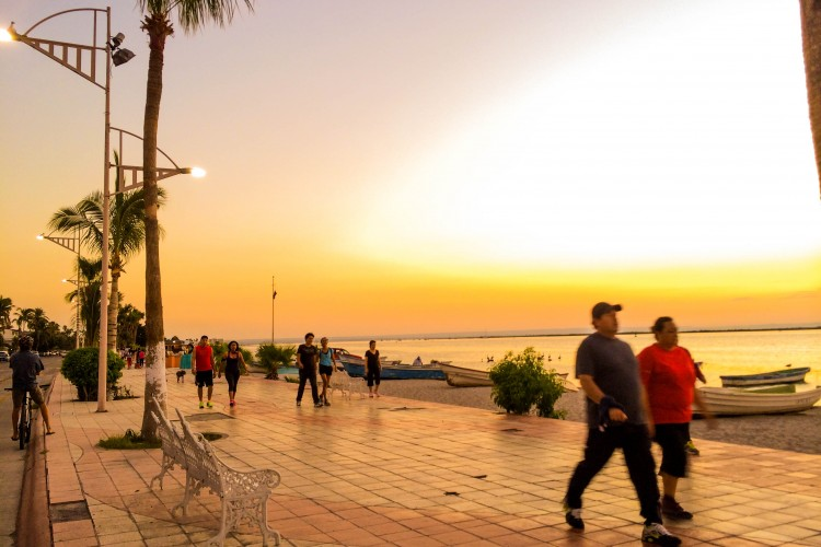 A typical Tuesday evening on the malecón.