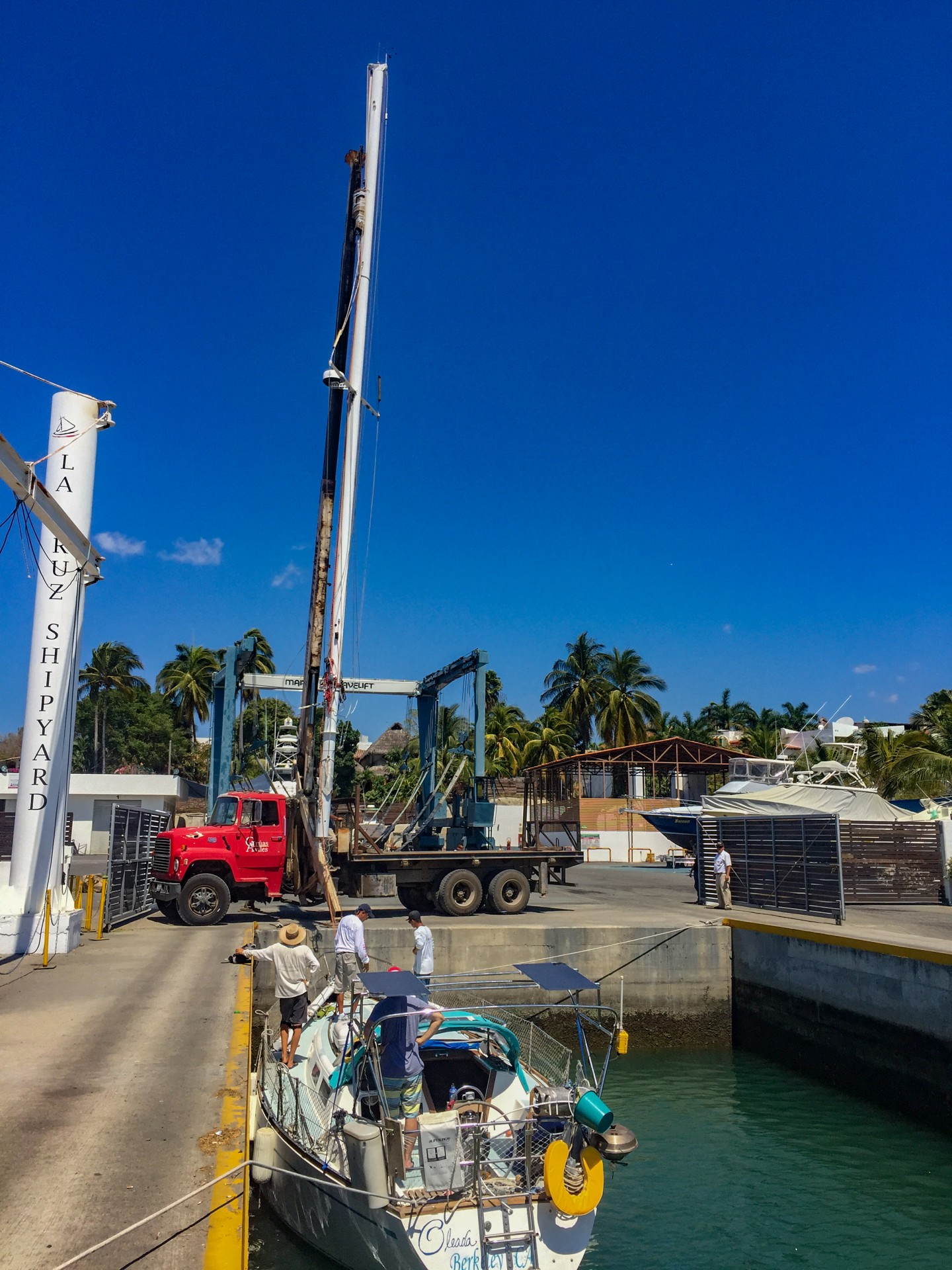 This is how a mast comes out of a boat! Oleada becomes a power boat for a few weeks.